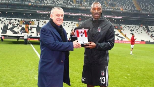 Yılın Futbolcusu Seçilen Atiba Hutchinson'a Plaket